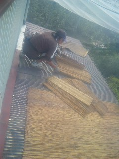 屋根によしず
